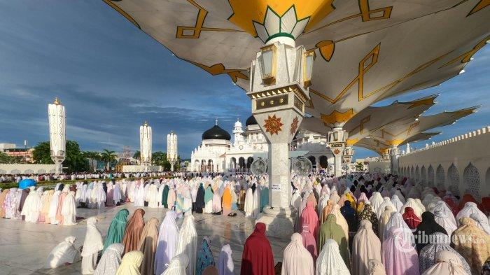 SHALAT IDUL ADHA 1441 H - Umat Islam melaksanakan Shalat Idul Adha 1441 Hijriah di halaman Masjid Raya Baiturrahman, Banda Aceh, Jumat (31/7/2020). SERAMBI/M MANSHAR