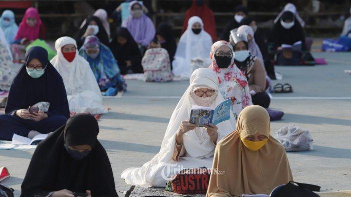 Umat muslim melaksanakan shalat Idul Adha 1441 H di Masjid Al Azhar Jakarta, Jumat (31/7/2020).