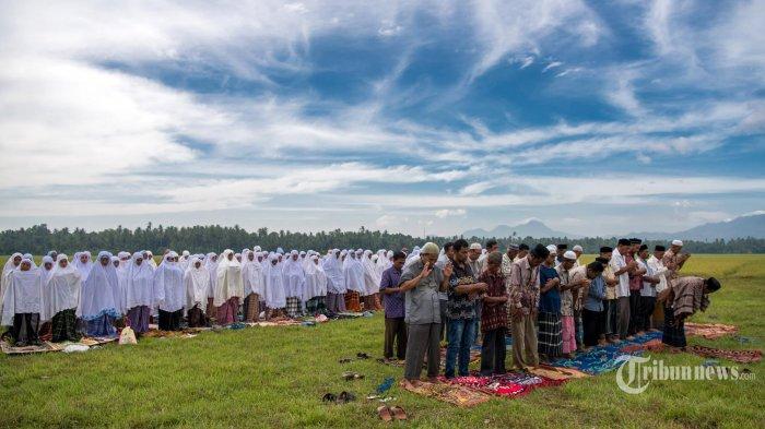 Ilustrasi: Warga Desa Lamkrak, dan Lamlheue, Kecamatan Simpang Tiga, Aceh Besar melaksanakan Shalat Istisqa di hamparan sawah yang mulai mengering di kawasan itu, Selasa (25/7/2017). Kemarau panjang yang melanda kawasan tersebut mengakibatkan ratusan hektare sawah warga terancam gagal panen. SERAMBI/M ANSHAR (SERAMBI INDONESIA /M ANSHAR (AAN))