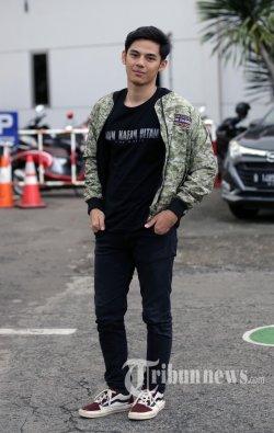 Shandy Williams yang memerankan film Kain Kafan Hitam berfoto di Redaksi Warta Kota. Palmerah, Jakarta Pusat, Selasa (12/2/2019). .(Warta Kota/Alex Suban)