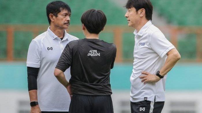 Pelatih sekaligus manajer timnas Indonesia, Shin Tae-yong, berunding dengan Indra Sjafri saat memimpin latihan timnas U-19 Indonesia.