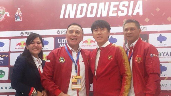 Shin Tae-yong foto bersama Ketum PSSI Mochamad Iriawan, Waketum PSSI Iwan Budianto dan Sekjen PSSI Ratu Tisha di Stadion Pakansari, Bogor, Sabtu (28/12/2019). Tribunnews/Abdul Majid