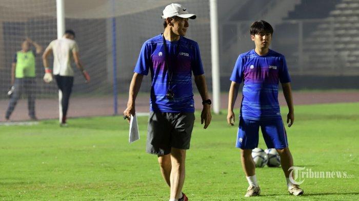 Pelatih Tim Nasional Indonesia Senior, Shin Tae-yong saat memimpin latihan di Stadion Madya, Senayan, Jakarta Pusat, Senin (17/2/2020).