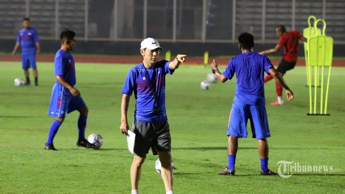 Pelatih Tim Nasional Indonesia Senior, Shin Tae-yong saat memimpin latihan di Stadion Madya, Senayan, Jakarta Pusat, Senin (17/2/2020). Latihan ini menjadi bagian dari persiapan Timnas Indonesia Senior menghadapi lanjutan Kualifikasi Piala Dunia 2022 melawan Thailand (26 Maret) dan Uni Emirat Arab (31 Maret). Tribunnews/Jeprima