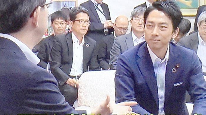 Menteri lingkungan hidup termuda Jepang Shinjiro Koizumi (39) (kanan) dengan menghadapi Gubernur Fukushima Masao Uchibori (55) siang ini (12/9/2019).
