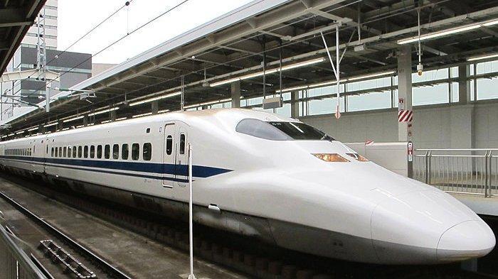 Kereta peluru Jepang, Shinkansen 700e Nozomi saat berhenti di Stasiun Osaka.