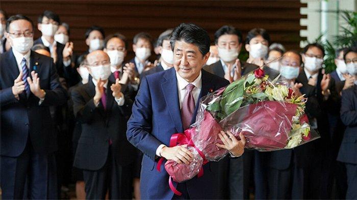 Shinzo Abe Berharap Yoshihide Suga Tetap Menjabat PM Jepang Setelah Oktober 2021