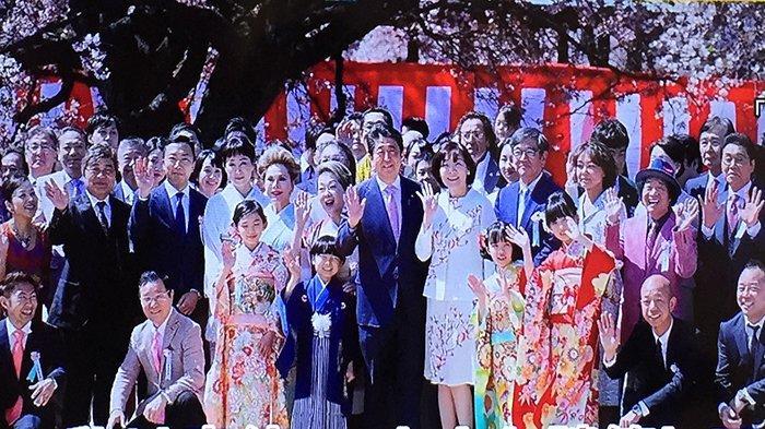 PM Jepang Shinzo Abe Pusing Dicecar Soal Banyaknya Undangan untuk Nonton Sakura