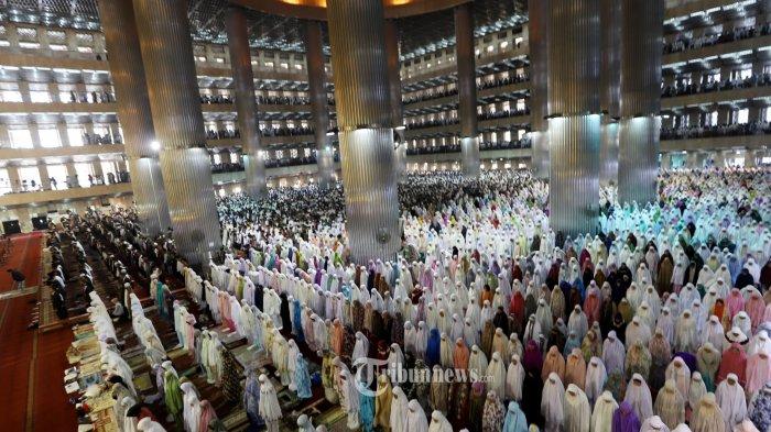 Sejumlah umat muslim saat melaksanakan shalat Idul Fitri 1440 H di Masjid Istiqlal, Jakarta Pusat, Rabu (5/6/2019). Umat muslim merayakan hari raya Idul Fitri 1440 H yang jatuh pada hari Rabu 5 Juni 2019. Tribunnews/Jeprima