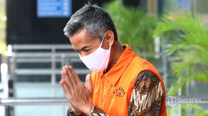Mantan Komisioner KPU Wahyu Setiawan usai menjalani sidang dakwaan secara virtual dalam kasus dugaan korupsi penetapan pergantian antar waktu (PAW) anggota DPR periode 2019-2024 di Gedung KPK, Jakarta, Kamis (28/5/2020). Mantan anggota Komisi Pemilihan Umum Wahyu Setiawan didakwa telah menerima suap melalui perantaraan Agustiani Tio Fridelina sebesar Rp600 juta dari Saeful Bahri dan Harun Masiku agar KPU menyetujui permohonan Penggantian Antar Waktu (PAW) yang diajukan PDIP. TRIBUNNEWS/IRWAN RISMAWAN