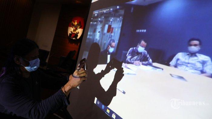 Layar menampilkan terdakwa kasus suap terhadap Sekretaris MA Nurhadi dan Rezky Herbiyono pada sidang dengan agenda pembacaan dakwaan yang diselenggarakan secara virtual di gedung KPK, Jakarta, Kamis (22/10/2020). Mantan Sekretaris MA Nurhadi dan menantunya Rezky Herbiyono didakwa Jaksa Penuntut Umum KPK telah menerima suap Rp45,7 miliar dan gratifikasi senilai Rp37,2 miliar terkait penanganan perkara di Mahkamah Agung. TRIBUNNEWS/IRWAN RISMAWAN