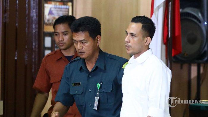 Terdakwa penyerang penyidik senior Komisi Pemberantasan Korupsi (KPK) Novel Baswedan, Ronny Bugis menjalani sidang dakwaan di Pengadilan Negeri Jakarta Utara, Jakarta, Kamis (19/3/2020). Ronny Bugis dan Rahmat Kadir Mahulette didakwa secara bersama-sama dan direncanakan melakukan penganiayaan berat kepada penyidik senior Komisi Pemberantasan Korupsi (KPK) Novel Baswedan. TRIBUNNEWS/IRWAN RISMAWAN