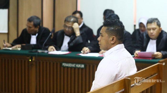 Terdakwa penyerang penyidik senior Komisi Pemberantasan Korupsi (KPK) Novel Baswedan, Rahmat Kadir Mahulette menjalani sidang dakwaan di Pengadilan Negeri Jakarta Utara, Jakarta, Kamis (19/3/2020). Ronny Bugis dan Rahmat Kadir Mahulette didakwa secara bersama-sama dan direncanakan melakukan penganiayaan berat kepada penyidik senior Komisi Pemberantasan Korupsi (KPK) Novel Baswedan. TRIBUNNEWS/IRWAN RISMAWAN