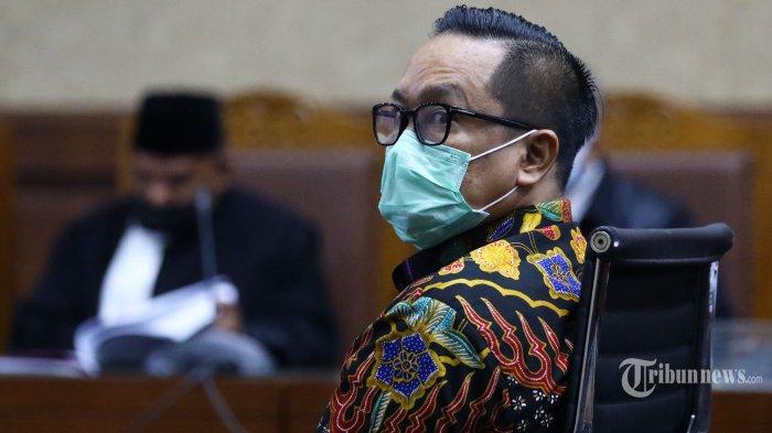 Terdakwa kasus suap penghapusan red notice Djoko Tjandra, Brigjen Pol Prasetijo Utomo menjalani sidang dakwaan di Pengadilan Tipikor, Jakarta Pusat, Senin (2/11/2020). Mantan Kepala Biro Koordinasi dan Pengawasan (Kakorwas) Penyidik Pegawai Negeri Sipil (PPNS) Bareskrim Polri itu didakwa mendapat 150 ribu dolar AS dari Djoko Tjandra untuk mengurus penghapusan nama Djoko Tjandra dari Daftar Pencarian Orang (DPO) Interpol. Tribunnews/Irwan Rismawan