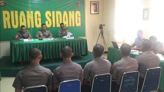 Lima bintara polisi yang membawa senjata api saat pengamanan aksi unjuk rasa mahasiswa di Kendari menjalani sidang disiplin di Aula Dit Propam Polda Sultra, Kamis (17/10/2019)