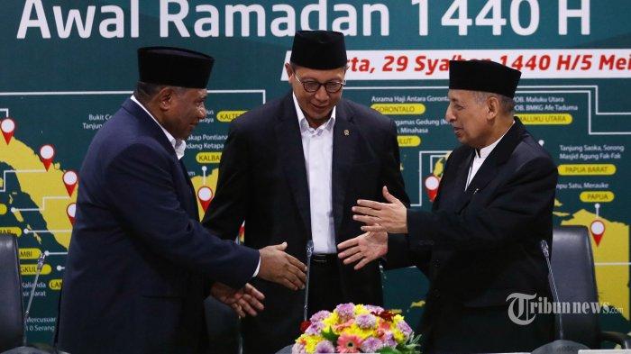 Menteri Agama Lukman Hakim Saifuddin (tengah) bersama Perwakilan MUI KH Abdullah Jaidi (kanan), dan Ketua Komisi VII DPR RI Ali Taher (kiri) usai menyampaikan keputusan sidang Isbat 1440 Hijriah di Jakarta, Minggu (5/5/2019). Pemerintah menetapkan 1 Ramadan jatuh pada hari Senin, 6 Mei 2019.