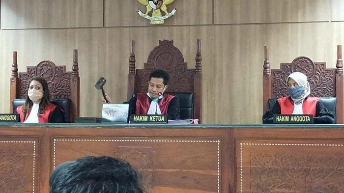 Kasus Pelemparan Pabrik Tembakau, 4 IRT Sujud Syukur Saat Hakim Membebaskan Mereka dari Dakwaan