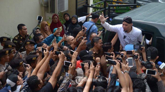 EKSEPSI DITOLAK - Musisi dan Politikus, Ahmad Dhani Prasetya usai menjalani sidang perkara kasus vlog idiot dengan agenda putusan sela di Pengadilan Negeri (PN) Surabaya, Selasa (19/2). SURYA/AHMAD ZAIMUL HAQ