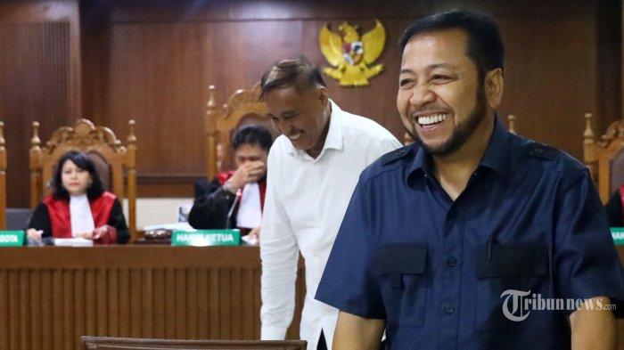 Terdakwa kasus dugaan korupsi proyek KTP Elektronik Markus Nari (kiri) usai mendengarkan keterangan dari terpidana kasus serupa yang juga mantan Ketua DPR Setya Novanto (kanan) dalam sidang lanjutan di Pengadilan Tipikor, Jakarta, Rabu (2/10/2019). Sidang tersebut beragendakan mendengarkan keterangan saksi dengan menghadirkan tiga saksi yaitu Irvanto Hendra Pambudi Cahyo, Setya Novanto dan Andi Narogong.