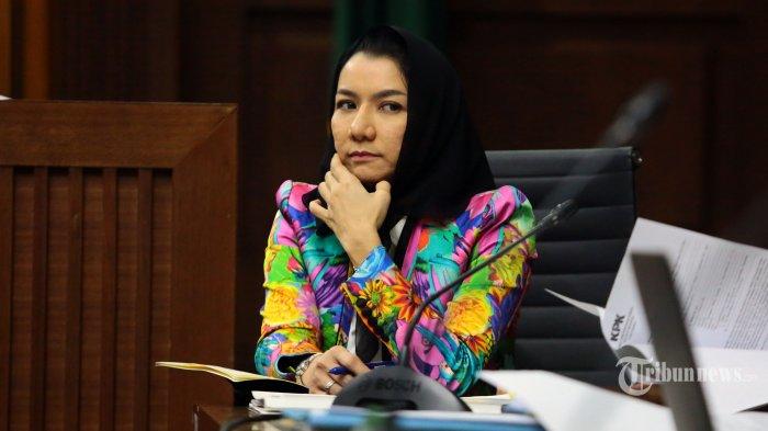 Jalani Sidang Pakai Busana Warna-warni, Rita Widyasari Serasa Mau ke Pantai