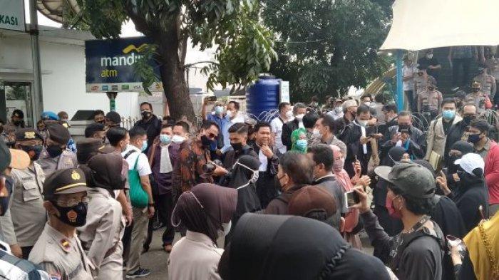 Puluhan Kuasa Hukum Rizieq Shihab Tertahan di depan Gedung PN Jaktim, Jumat (19/3/2021).