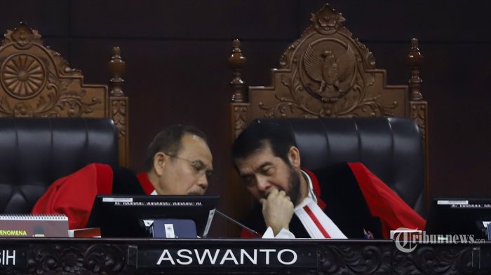 Ketua Mahkamah Konstitusi (MK), Anwar Usman (kanan) memimpin sidang sengketa hasil Pemilihan Presiden (Pilpres) 2019 di Gedung MK, Jakarta Pusat, Selasa (18/6/2019). Sidang Perselisihan Hasil Pemilihan Umum atau Sengketa Pilpres 2019 mengagendakan pembacaan tanggapan pihak termohon dalam hal ini Komisi Pemilihan Umum (KPU) dan pihak terkait dalam hal ini Tim Kampanye Nasional (TKN).