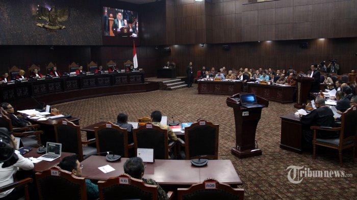 Hakim MK Beberkan Dua Saksi 'Ilegal' yang Dihadirkan Tim Hukum Prabowo-Sandi di Persidangan