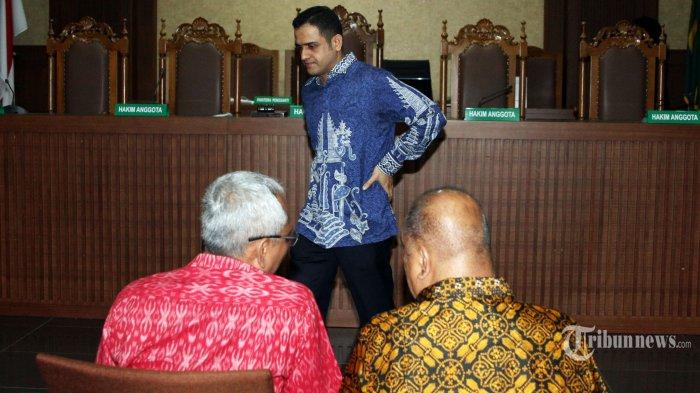 Politisi PDI Perjuangan Arif Wibowo (kiri) bersama politisi Golkar Melchias Marcus Mekeng (kanan) dan mantan politisi Demokrat Nazarudin (tengah) saat menjadi saksi dalam sidang lanjutan kasus korupsi KTP Elektronik dengan terdakwa Setya Novanto di Pengadilan Tipikor, Jakarta, Senin (19/2/2018). Sidang tersebut beragendakan mendengar keterangan saksi-saksi. TRIBUNNEWS/IRWAN RISMAWAN