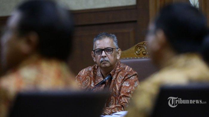 Terdakwa kasus dugaan suap proyek PLTU Riau-1 mantan Dirut PLN Sofyan Basir mendengarkan keterangan saksi pada sidang lanjutan di Pengadilan Tipikor, Jakarta, Senin (15/7/2019). Sidang tersebut beragenda mendengarkan keterangan empat orang saksi yang dihadirkan Jaksa Penuntut Umum (JPU) KPK. TRIBUNNEWS/IRWAN RISMAWAN