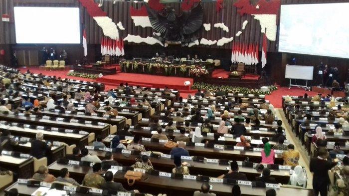 Sidang paripurna MPR RI periode 2019 - 2014 resmi dibuka pada Rabu (2/10/2019). Sidang dipimpin oleh pimpinan sementara legislator unsur termuda dari Fraksi Partai Nasdem, Hillary Brigitta Lasut.