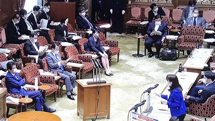 Suasana di parlemen, saling duduk berjauhan antara PM Jepang dengan Menteri Kehakiman, Senin (11/5/2020) antisipasi penyebaran infeksi Corona.