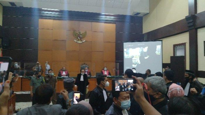 Sidang Rizieq Shihab Ricuh, Kuasa Hukum Tunjuk-tunjuk Majelis Hakim