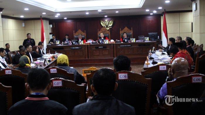 SIDANG PHPU---Suasana sidang perdana perselisihan hasil pemilihan umum (PHPU) Pileg 2019 di Mahkamah Konstitusi, Jakarta, Selasa (9/7/2019). Sidang PHPU  dibagi  atas  tiga panel hakim konstitusi yang masing-masing terdiri atas 3 orang ini  menangani 260 perkara tergistrasi.    Sidang  perdana tersebut beragenda pemeriksaan pendahuluan atau memeriksa kelengkapan dan kejelasan materi permohonan serta pengesahan alat bukti. (Warta Kota/Henry Lopulalan)
