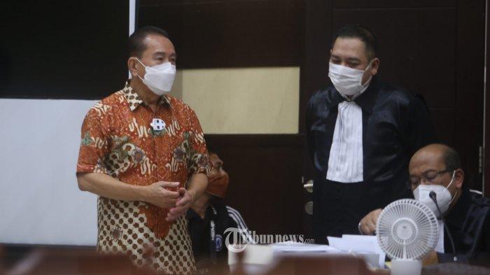 Terdakwa Djoko Tjandra berbincang dengan kuasa hukumnya Krisna Murti (kanan) saat akan menjalani sidang Pleidoi di Pengadilan Negeri Jakarta Timur, Junat (11/12/2020). Djoko Tjandra didampingi kuasa hukumnya melakukan nota keberatan atau pleidoi atas tuntutan Jaksa Penuntut Umum yang menjerat 2 tahun penjara. Warta Kota/Angga Bhagya Nugraha