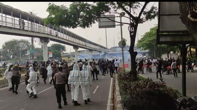 Kericuhan yang terjadi antara diduga massa simpatisan dengan aparat keamanan gabungan dari unsur TNI-Polri di depan Pengadilan Tinggi DKI Jakarta, seraya sidang putusan banding Muhammad Rizieq Shihab (MRS) perkara hasil swab test RS UMMI, Senin (30/8/2021)