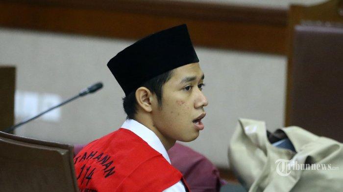 Terdakwa pengunjukrasa pada aksi pelajar Dede Lutfi Alfiandi bersiap menjalani sidang putusan di Pengadilan Negeri Jakarta Pusat, Jakarta, Kamis (30/1/2020). Lutfi divonis 4 bulan penjara karena terbukti melakukan tindak pidana melawan aparat saat melakukan aksi demonstrasi tolak RUU KPK dan RKUHP.