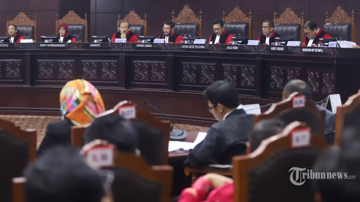 Majelis Hakim Konstitusi yang dipimpin Ketua MK Anwar Usman (tengah) membacakan putusan akhir untuk perkara sengketa hasil Pemilu Legislatif 2019 dalam sidang di Ruang Sidang Pleno Gedung Mahkamah Konstitusi (MK), Jakarta Pusat, Selasa (6/8/2019). Sebanyak 67 perkara dari total 202 perkara sengketa hasil Pemilu Legislatif 2019 dibacakan putusan akhirnya pada hari pertama sidang oleh Majelis Hakim Konstitusi yang dipimpin Ketua MK Anwar Usman. Tribunnews/Jeprima