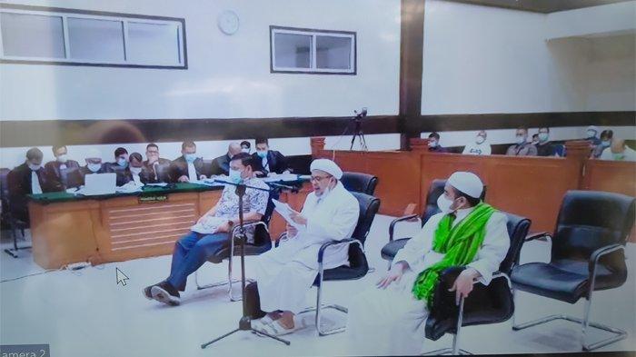 Terdakwa Muhammad Rizieq Shihab (MRS) bersama menantunya, Muhammad Hanif Alattas dan Direktur Utama RS UMMI Andi Tatat, di Pengadilan Negeri (PN) Jakarta Timur, Kamis (17/6/2021).