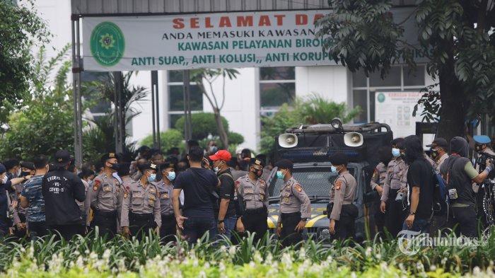Penjagaan ketat masih terlihat di depan gedung Pengadilan Negeri (PN) Jakarta Timur, saat sidang lanjutan Rizieq Shihab, Selasa (30/3/2021). Berbeda dengan sidang-sidang sebelumnya, kali ini tidak ada pendukung Rizieq Shihab yang datang untuk memberikan dukungan. TRIBUNNEWS/HERUDIN