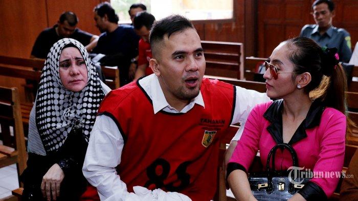 Saipul Jamil saat berbincang dengan Indah Sari (kanan) yang menjadi saksi pada persidangan kasus pencabulan yang melibatkan Saipul di Pengadilan Negeri Jakarta Utara, Senin (23/5/2016). Agenda persidangan kali ini mendengarkan kesaksian dari 14 saksi dari pihak Saipul Jamil. Tribunnews/Jeprima