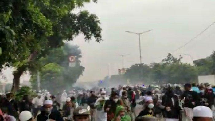 Massa diduga simpatisan Rizieq Shihab kocar kacir setelah polisi menembakkan gas air mata di Jalan I Gusti Ngurah Rai dekat flyover Pondok Kopi, Jakarta Timur pada Kamis (24/6/2021) pagi. (Dok. Warga via KOMPAS.com)