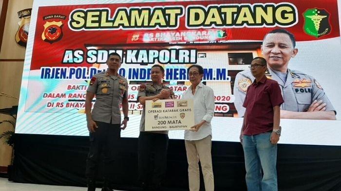 Direktur Sido Muncul Irwan Hidayat (kemeja putih) secara simbolis menyerahkan bantuan kepada As SDM Polri Irjen. Pol. Eko Indra Heri di RS Bhayangkara Sartika Asih Bandung, Selasa (10/03) siang. Tribunnews/Dea Duta Aulia.
