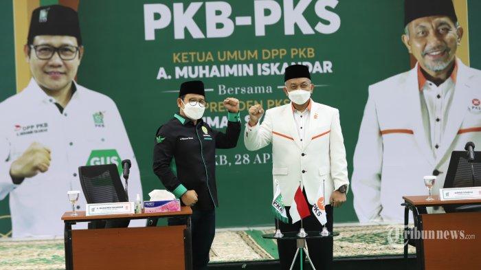 Ketua Umum DPP Partai Kebangkitan Bangsa (PKB) Muhaimin Iskandar berbincang dengan Presiden Partai Keadilan Sejahtera (PKS) Ahmad Syaikhudisela-sela acara silaturahmi kebangsaan antara PKB dengan PKS di Kantor DPP PKB, Jakarta Pusat, Rabu (28/4/2021). Pertemuan hari ini antara PKB dengan PKS bukan merupakan agenda khusus melainkan agenda ramadan PKS dengan mendatangi tiap Parpol untuk bersilahturahmi. Tribunnews/Jeprima