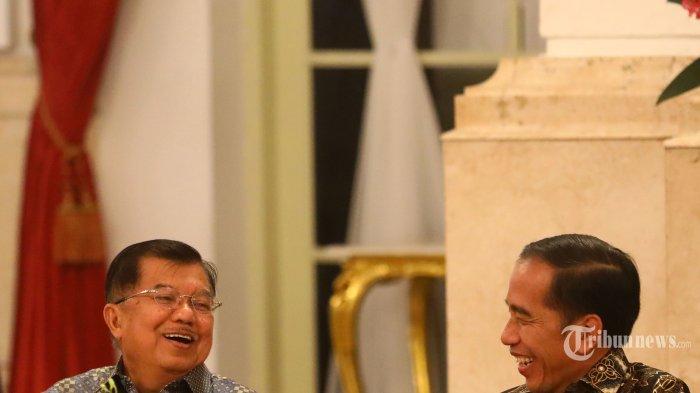 Presiden Joko Widodo (kanan) berbincang dengan Wakil Presiden Jusuf Kalla (kiri) dalam acara silaturahmi kabinet kerja di Istana Negara, Jakarta, Jumat (18/10/2019). Silaturahmi itu juga merupakan ajang perpisahan presiden, wakil presiden serta para menteri kabinet kerja yang telah bekerja sama selama lima tahun pemerintahan Joko Widodo-Jusuf Kalla. TRIBUNNEWS/IRWAN RISMAWAN