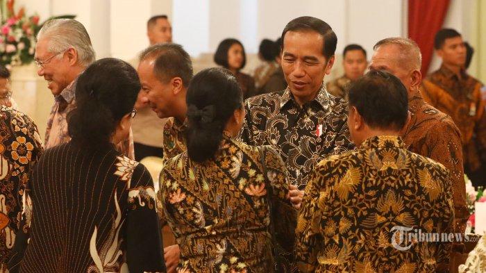 Presiden Joko Widodo berjabat tangan dengan sejumlah Menteri dalam acara silaturahmi kabinet kerja di Istana Negara, Jakarta, Jumat (18/10/2019). Silaturahmi itu juga merupakan ajang perpisahan presiden, wakil presiden serta para menteri kabinet kerja yang telah bekerja sama selama lima tahun pemerintahan Joko Widodo-Jusuf Kalla. TRIBUNNEWS/IRWAN RISMAWAN