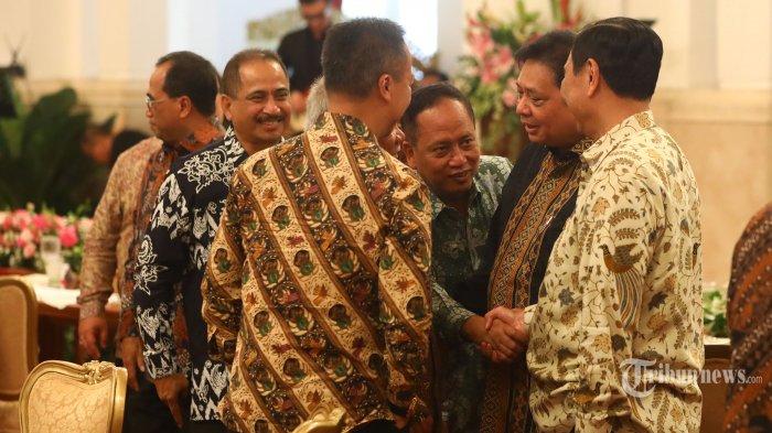 Sejumlah Menteri saling berjabat tangan dalam acara silaturahmi kabinet kerja di Istana Negara, Jakarta, Jumat (18/10/2019). Silaturahmi itu juga merupakan ajang perpisahan presiden, wakil presiden serta para menteri kabinet kerja yang telah bekerja sama selama lima tahun pemerintahan Joko Widodo-Jusuf Kalla. TRIBUNNEWS/IRWAN RISMAWAN