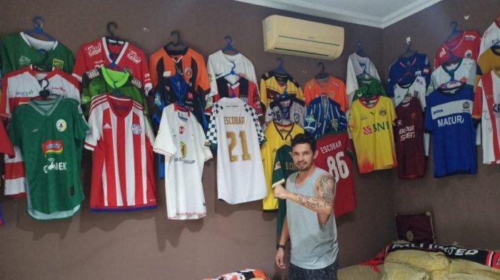 Silvio Escobar menunjukkan koleksi jersey yang dimilikinya selama bermain di klub Liga Indonesia