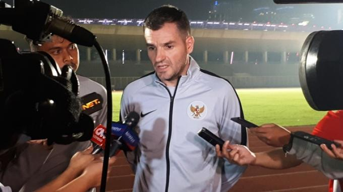 Pelatih Timnas Indonesia, Simon McMenemy saat diwawancarai setelah memimpin latihan di Stadion Madya, Senayan, Jakarta, Jumat (8/3/2019). Tribunnews/Abdul Majid