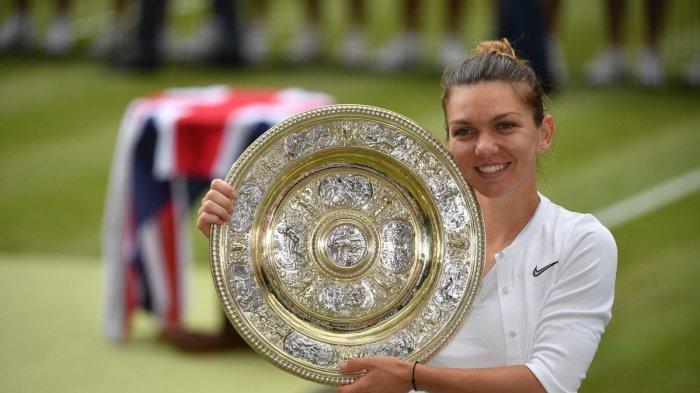 Simona Halep berpose dengan trofi Venus Rosewater Dish seusai memenangi final nomor tunggal putri Wimbledon 2019, Sabtu (13/7/2019)