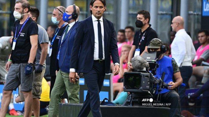 Pelatih Inter Milan Italia Simone Inzaghi (tengah) berjalan di awal pertandingan sepak bola Serie A Italia Inter Milan vs Genoa di stadion San Siro di Milan, pada 21 Agustus 2021.
